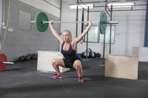 Le programme de formation pour les jeunes femmes dans la salle de gym